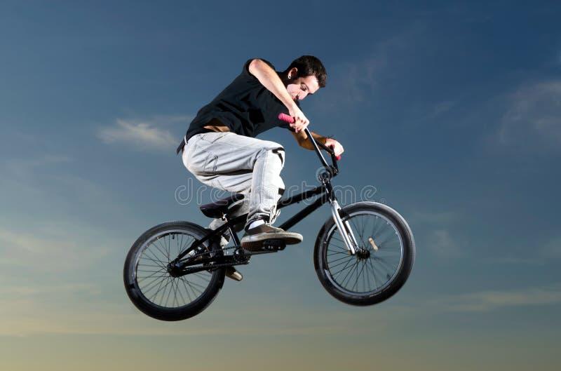 Jeune curseur de bicyclette de BMX photographie stock