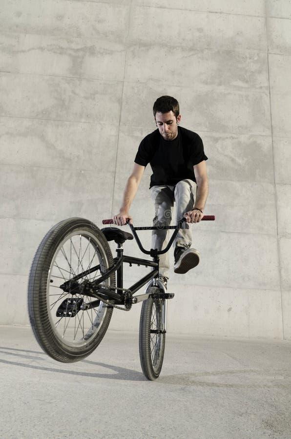 Jeune curseur de bicyclette de BMX photographie stock libre de droits