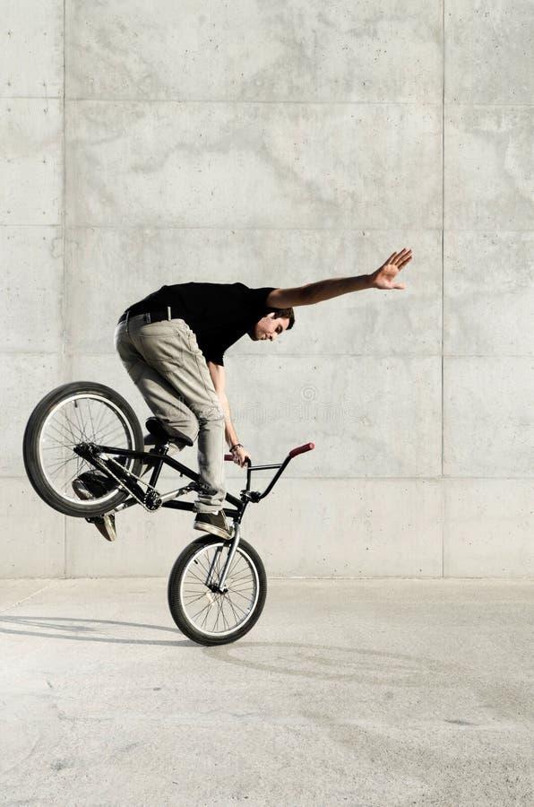 Jeune curseur de bicyclette de BMX photos stock