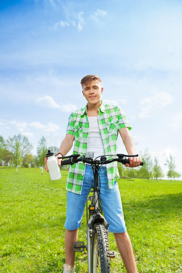 Jeune cycliste avec la bouteille de l'eau photos stock