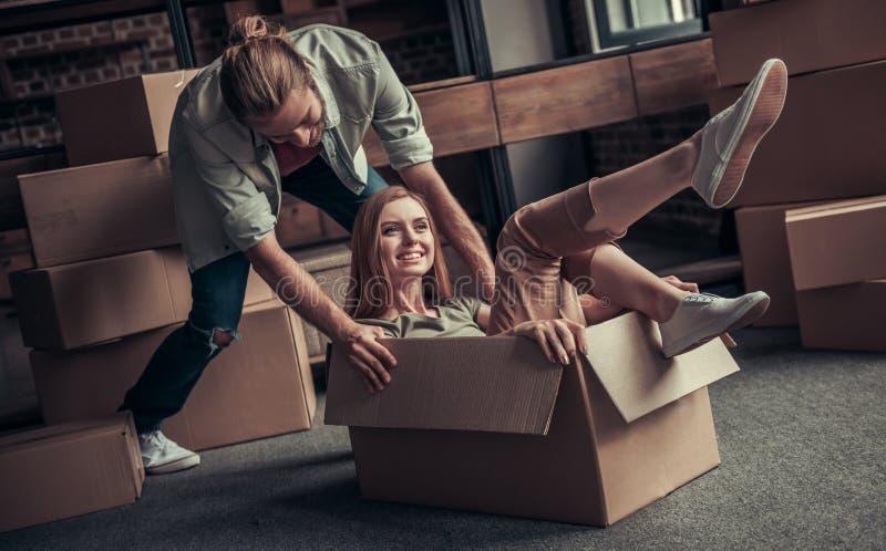 Jeune déménager de couples photo stock