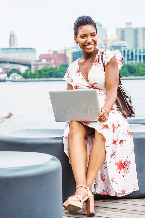 Jeune déplacement de femme d'Afro-américain, fonctionnant à New York images stock