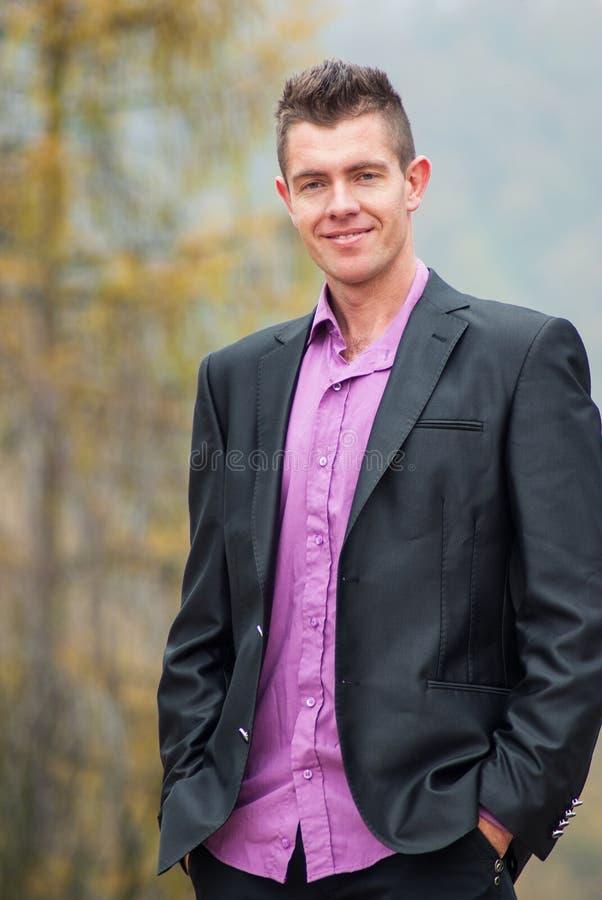 Jeune détente belle d'homme d'affaires extérieure photos stock
