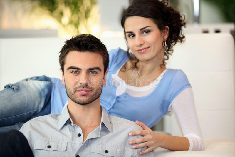 Jeune détente de couples photo libre de droits