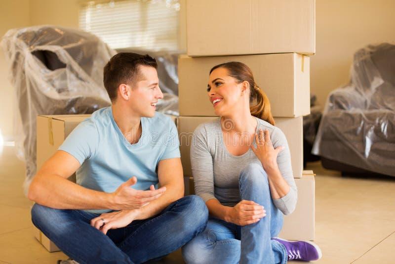 Jeune détente de couples image libre de droits