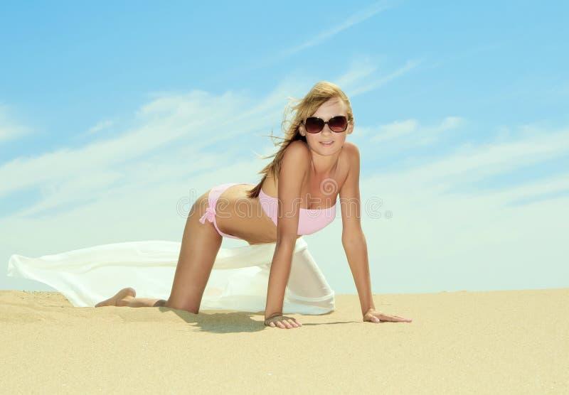 jeune détente femelle sur la plage image libre de droits