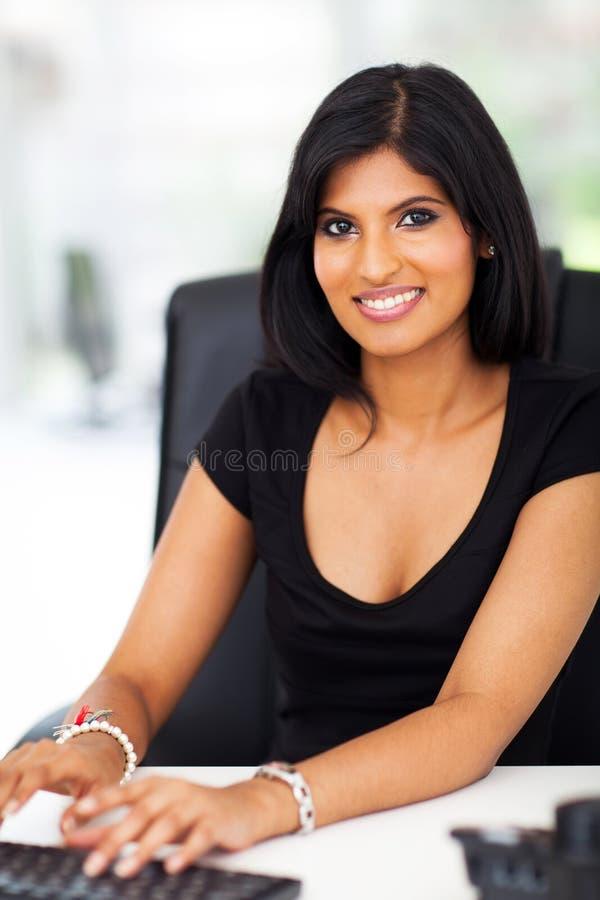 Dactylographie magnifique de femme d'affaires photo libre de droits