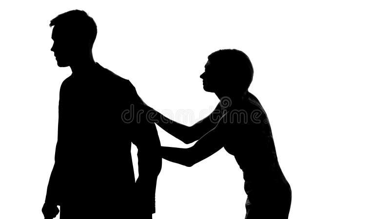 Jeune dame arrêtant l'homme de la marche loin, malentendu de problème de relations photographie stock libre de droits