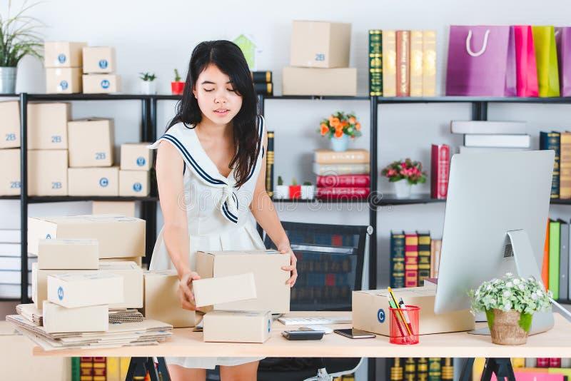 Jeune dame asiatique d'affaires au bureau photographie stock
