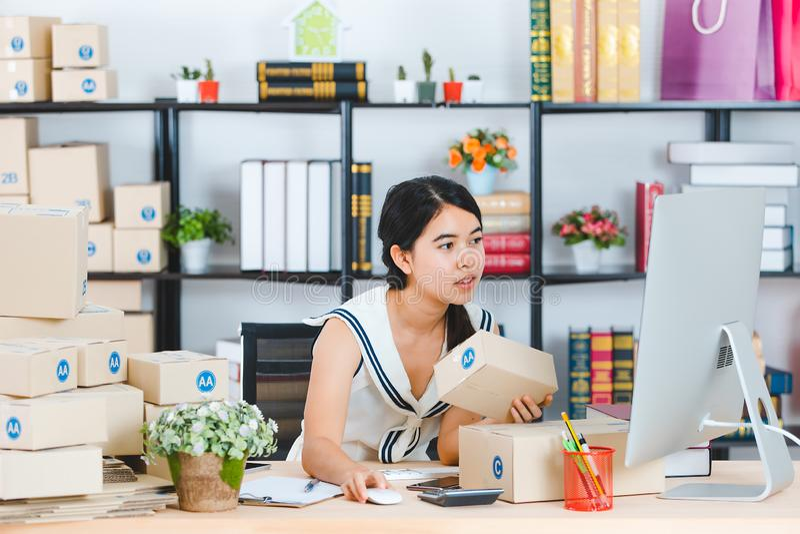 Jeune dame asiatique d'affaires au bureau images libres de droits