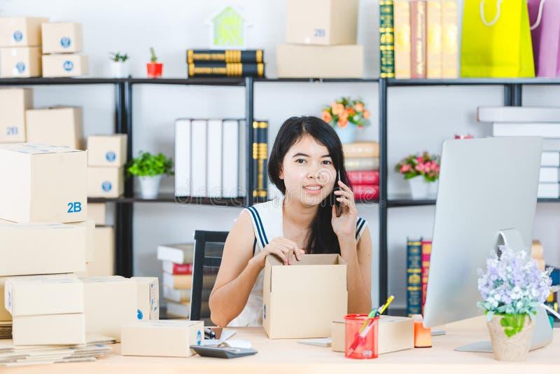 Jeune dame asiatique d'affaires au bureau photographie stock libre de droits