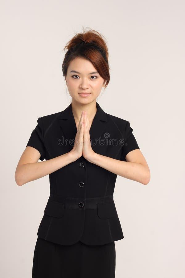 Jeune dame asiatique montrant un geste de accueil photo libre de droits