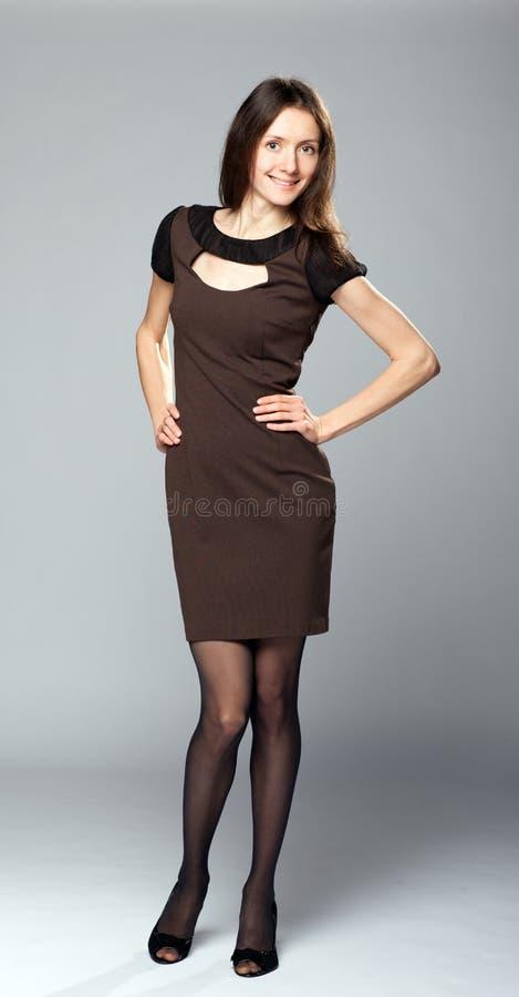 Jeune dame attirante dans la robe de soirée élégante image stock