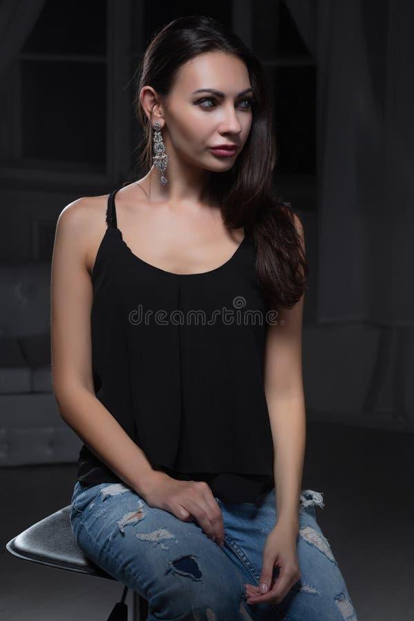 Jeune dame avec du charme posant dans le studio image stock
