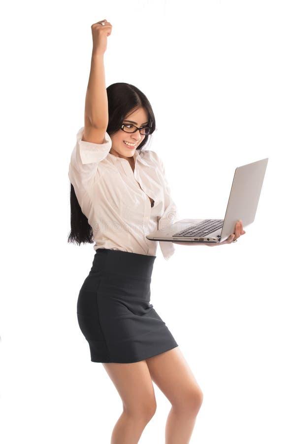 Jeune dame avec l'ordinateur portable et le poing vers le haut photo libre de droits