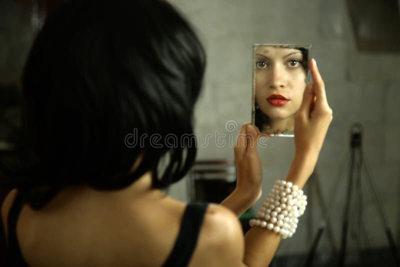 Jeune dame avec le miroir images stock