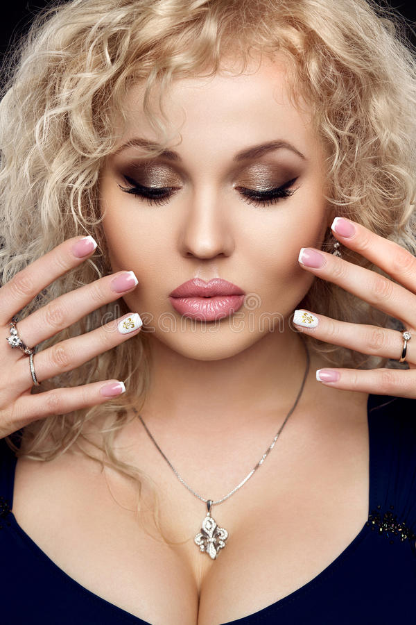 Jeune dame avec les accessoires de luxe Façonnez le portrait de studio de la belle fille sexy avec le maquillage de cheveux blond image libre de droits