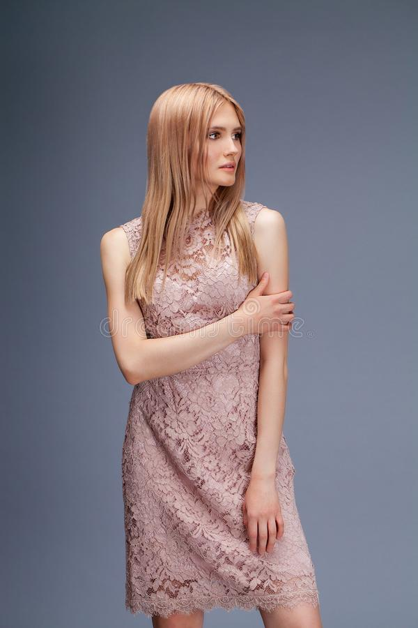 Jeune dame blonde dans la robe sexy photographie stock libre de droits