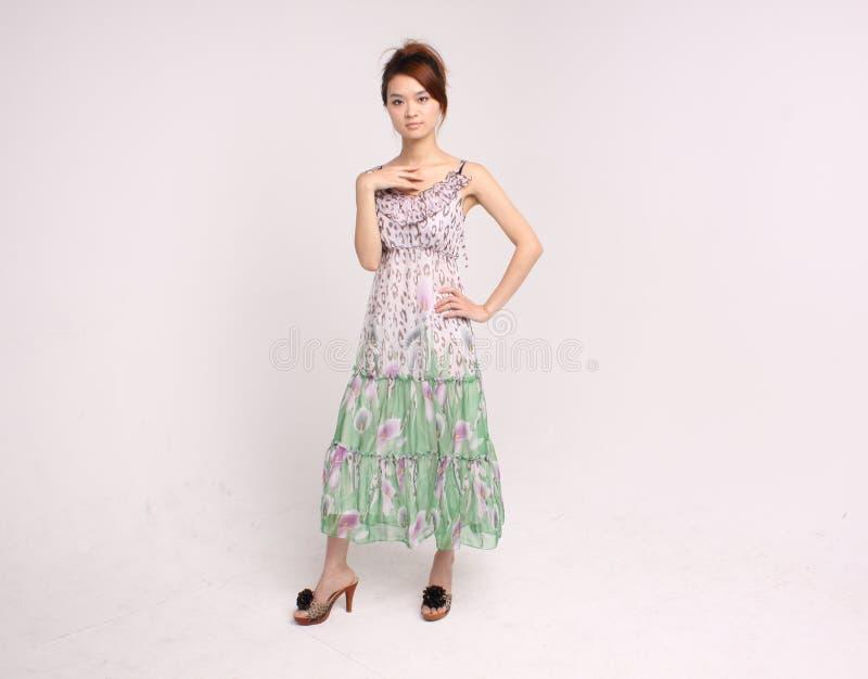 Jeune dame chinoise dans la position occasionnelle de vêtement photo libre de droits