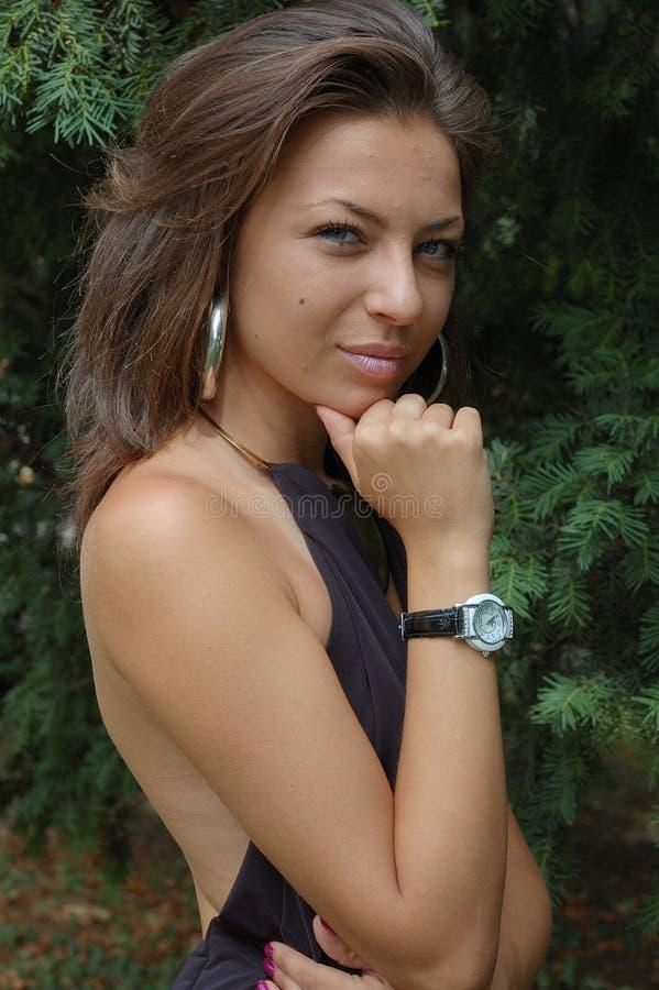 Jeune dame dans la robe noire photos libres de droits