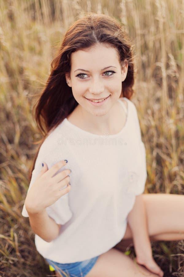 Jeune dame de belle brune au sourire de pré d'automne image libre de droits