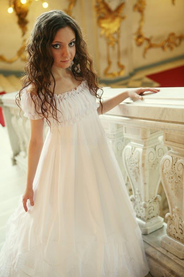 jeune dame de victorian dans la robe blanche photos stock