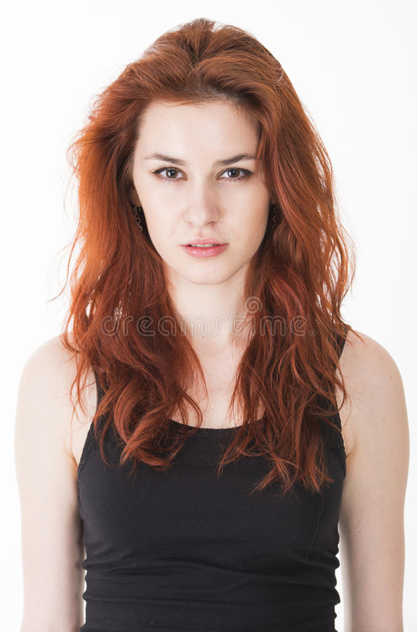 Jeune dame fâchée avec les cheveux rouges photos stock