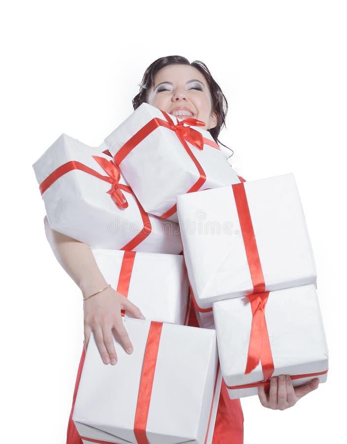 Jeune dame heureuse avec un bon nombre de boîte-cadeau photographie stock libre de droits