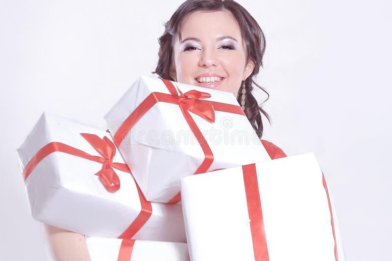 Jeune dame heureuse avec un bon nombre de bo?te-cadeau image stock