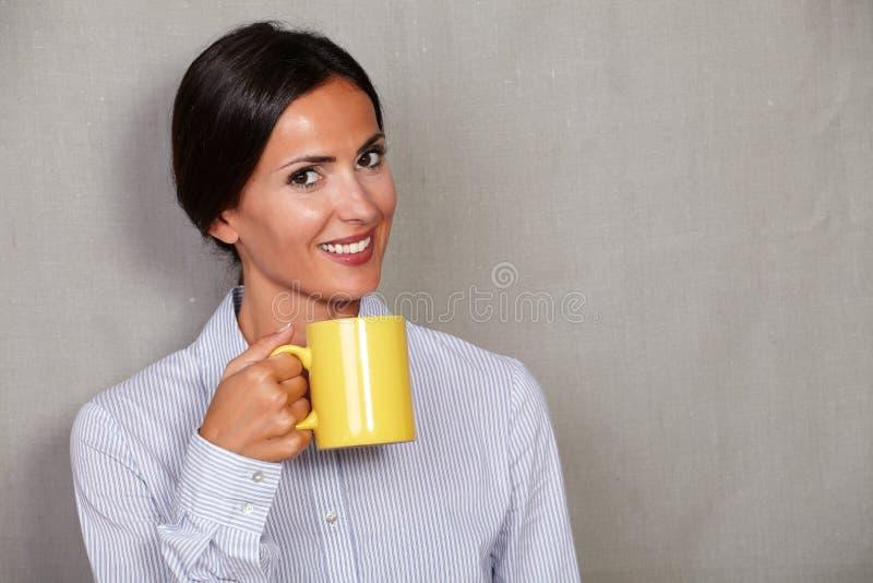 Jeune dame heureuse tenant la boisson chaude image stock
