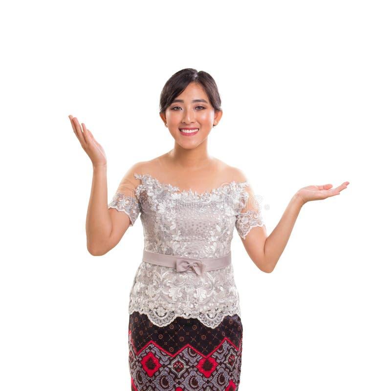Jeune dame indonésienne gaie attirante portant la Co traditionnelle images libres de droits
