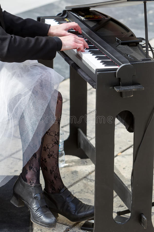 Jeune dame jouant le piano électrique photos libres de droits