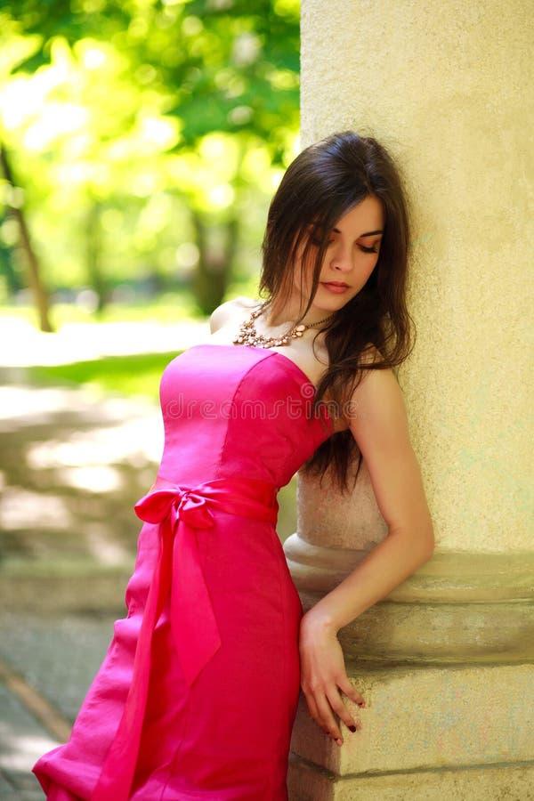 Jeune dame magnifique dans la longue robe de luxe en parc d'été photographie stock libre de droits
