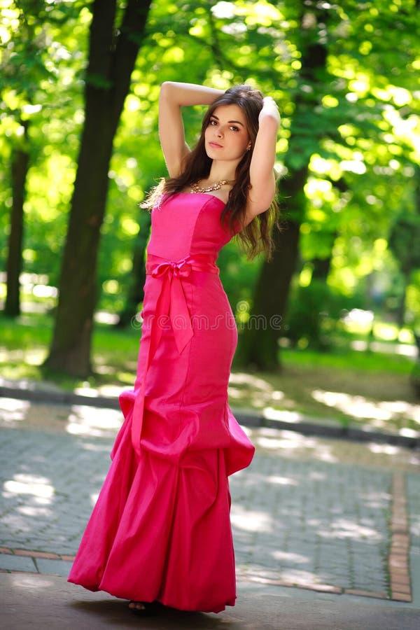 Jeune dame magnifique dans la longue robe en parc d'été image libre de droits