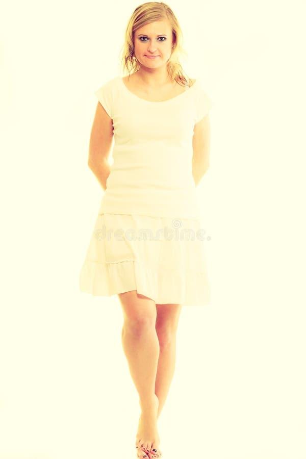 Jeune dame renversante blonde dans le blanc photos libres de droits