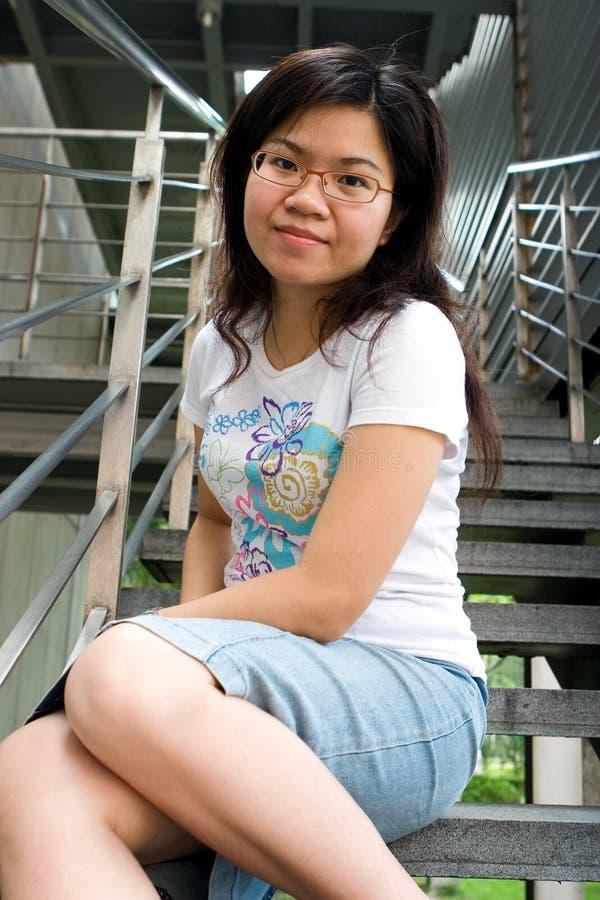 Jeune dame s'asseyant à l'escalier photo stock
