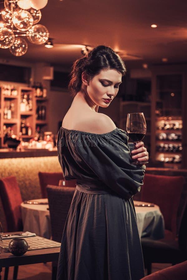 Jeune dame sensuelle attirante dans le restaurant photo libre de droits