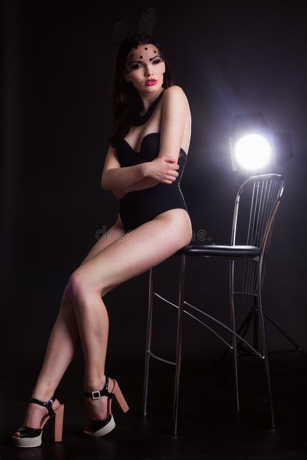 Jeune dame sexy dans le masque d'oreilles de lapin et corps noir images stock