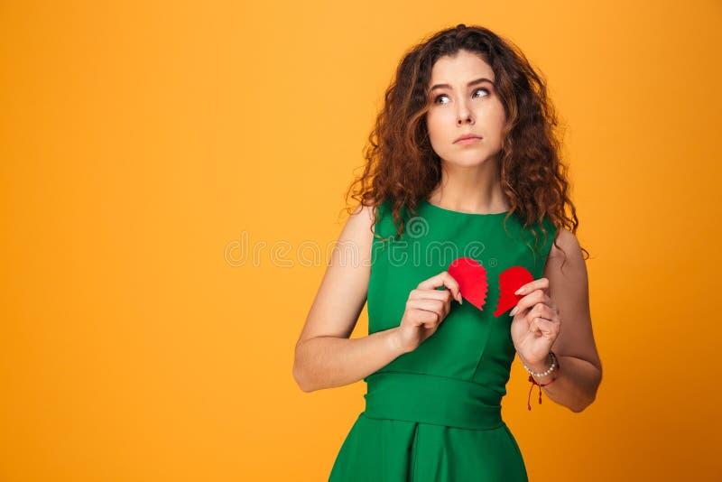 Jeune dame triste tenant le coeur brisé photographie stock