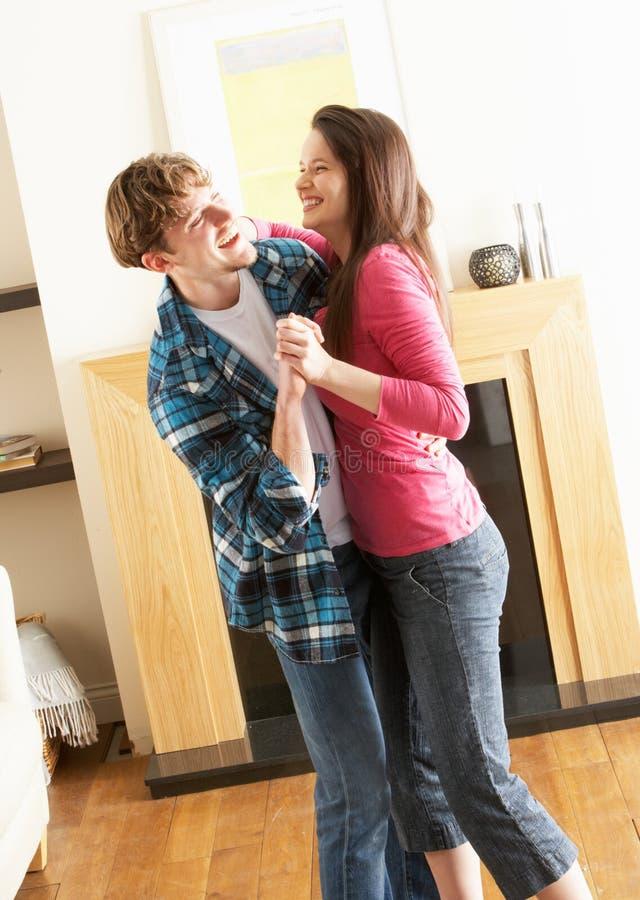 Jeune danse de couples ensemble dans la salle de séjour images stock