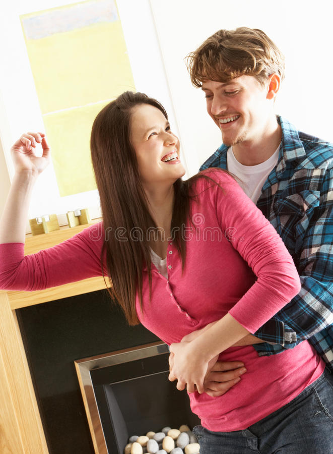 Jeune danse de couples ensemble dans la salle de séjour photo libre de droits