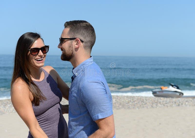 Jeune danse de couples sur la plage photo stock