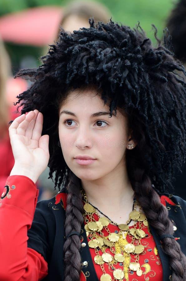 Jeune danse géorgienne de femme dans le costume traditionnel, Kiev, Ukraine image libre de droits