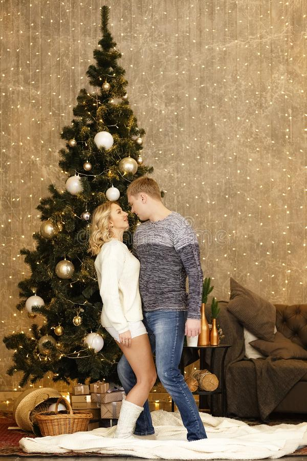 Jeune danse heureuse de couples par l'arbre de Noël images stock