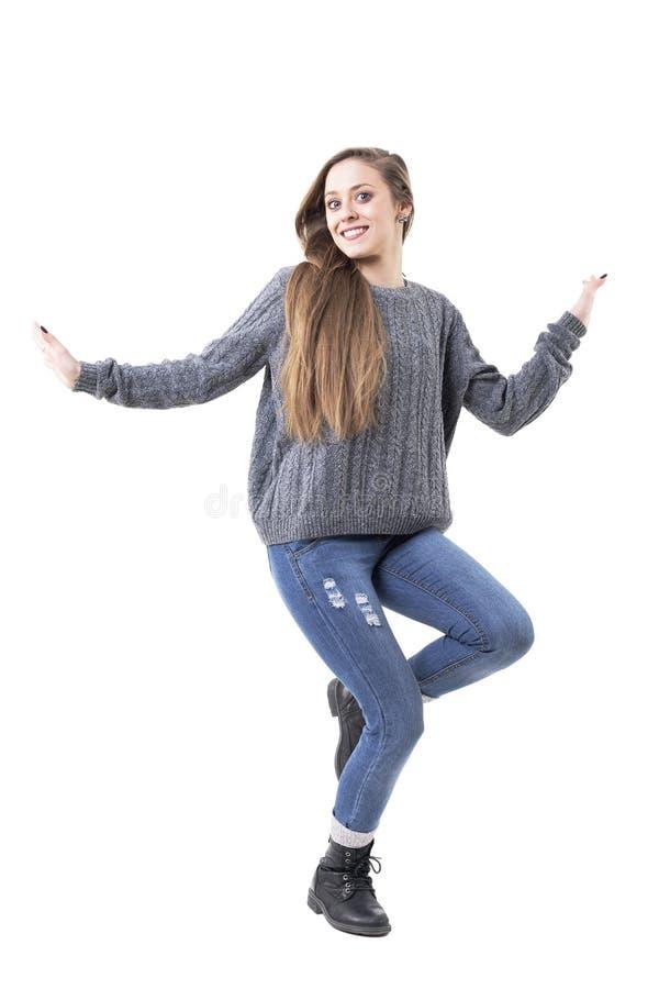 Jeune danse heureuse espiègle mignonne de femme dans des vêtements chauds occasionnels d'hiver photos stock