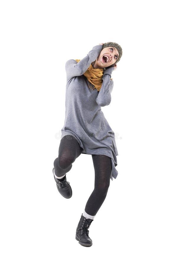 Jeune danse unique géniale fraîche enthousiaste de fille de style et chant fort photographie stock libre de droits