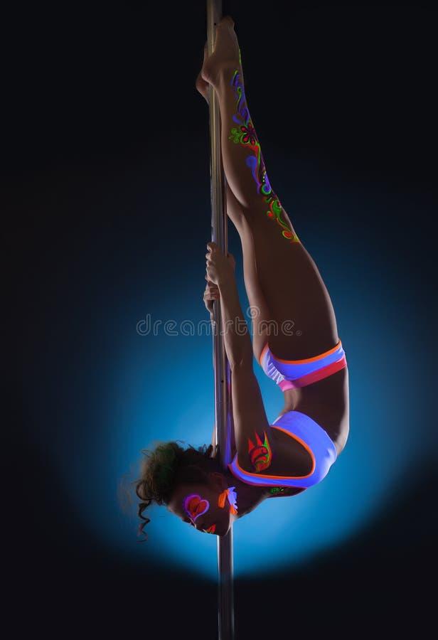 Jeune danseur élégant de poteau posant avec le maquillage UV photo libre de droits