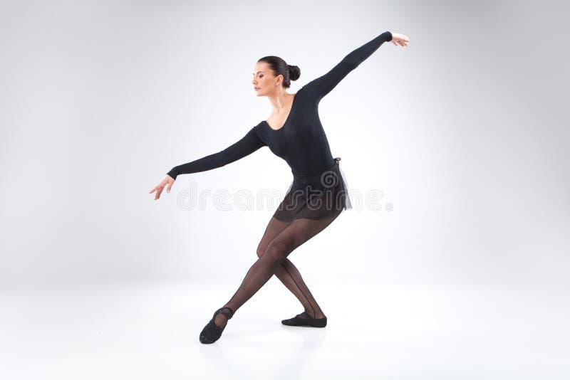 Jeune danseur classique attirant sur le blanc. images stock
