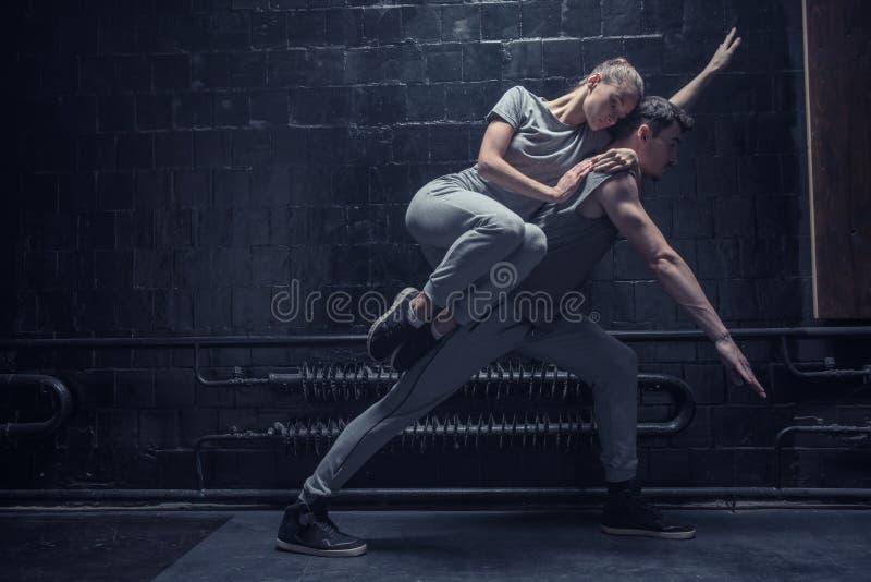 Jeune danseur se trouvant au dos de l'autre athlète images libres de droits