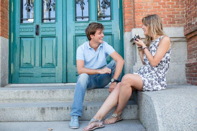 Jeune datation attrayante de couples images libres de droits